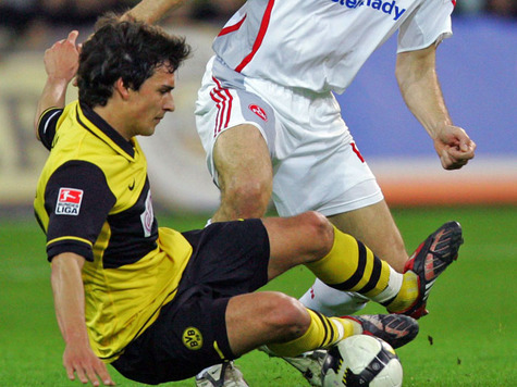 Defensive wall: Mats Hummels